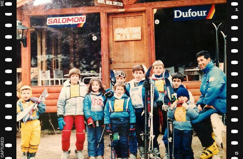 niños en escuela de esquí