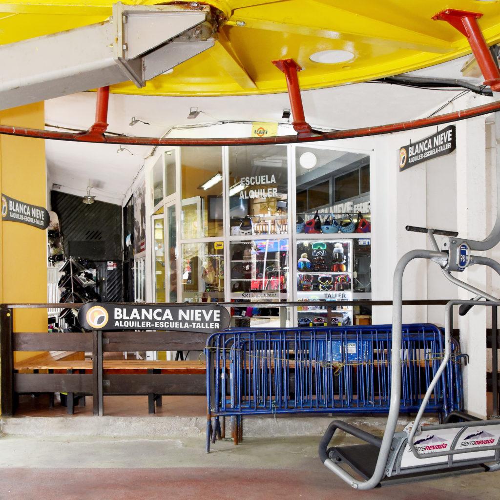 Escuela y rental de esquí y snowboard Blanca Nieve en Sierra Nevada, junto al telesilla El Parador, urbano.