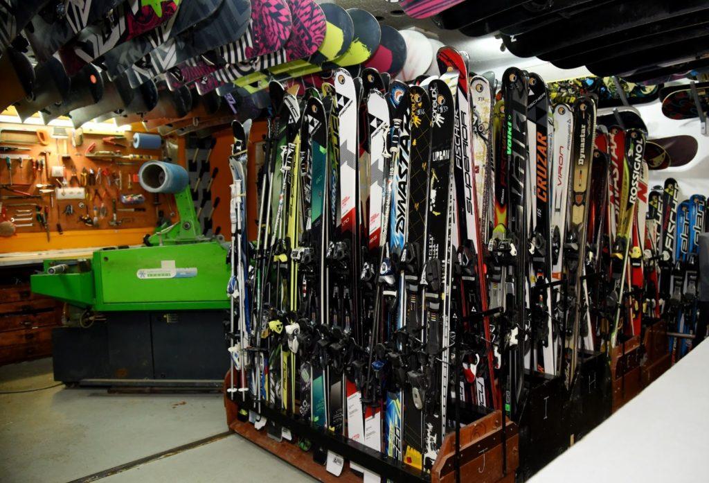 Rental y taller de equipos esquí snowboard ropa complementos en Sierra Nevada Granada