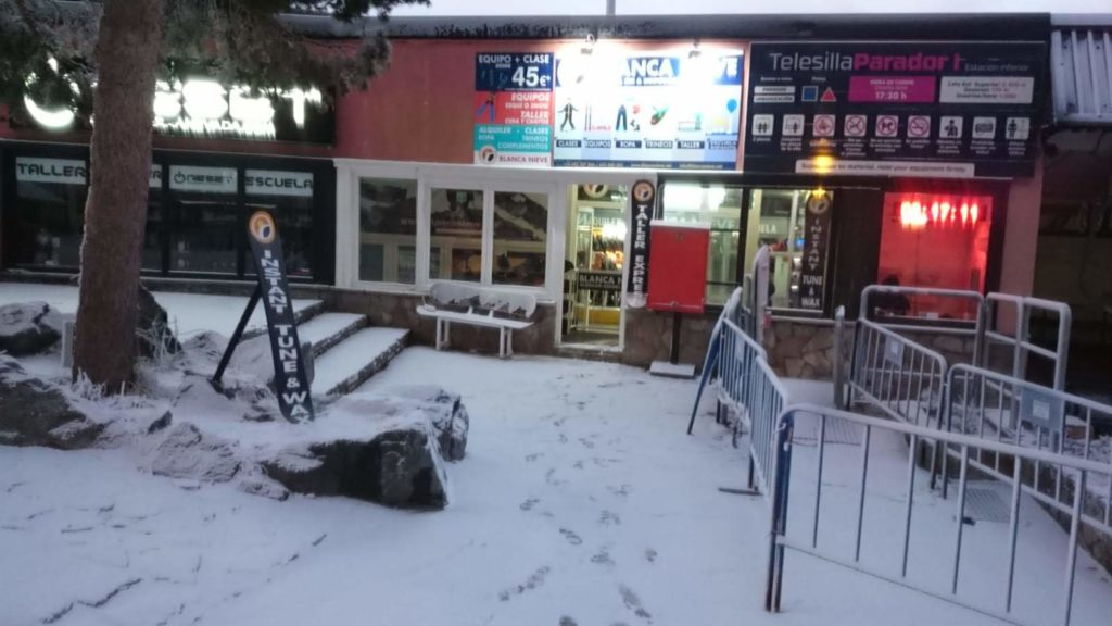 Ski and snowboard equipment rental in Sierra Nevada Ski Resort, Granada – clothing and more – Whatsapp +34 653 040560 or come and visit our shop, which is located in the Plaza de Pradollano, adjacent to the El Parador chair lift.