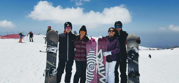 Snowboarders en la nieve