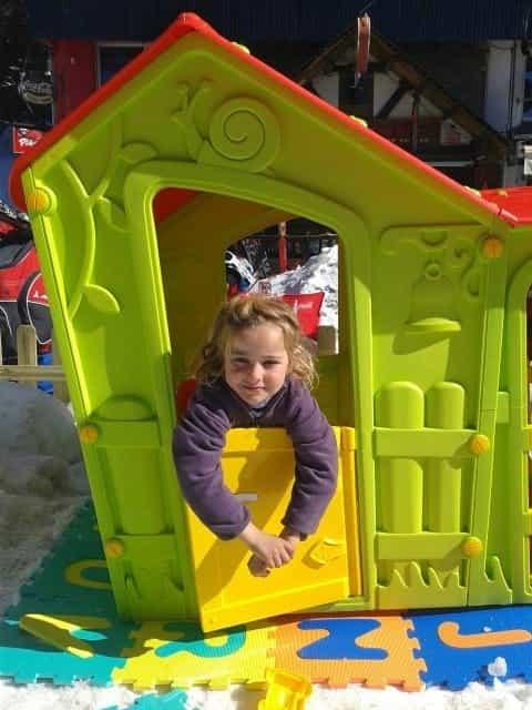 Diversión niños en el jardín alpino dreamland