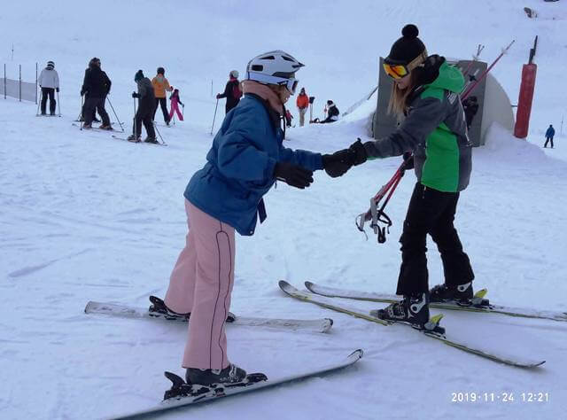 clase de esquí aprendiendo a esquiar