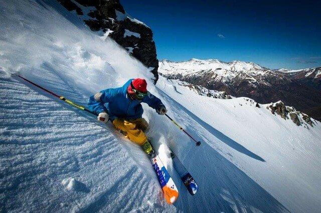 Buen esquiador en nieve